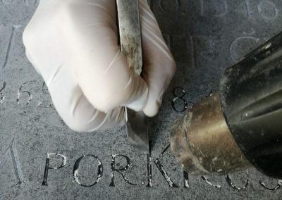 Čiščenje nagrobnika in pozlata črk